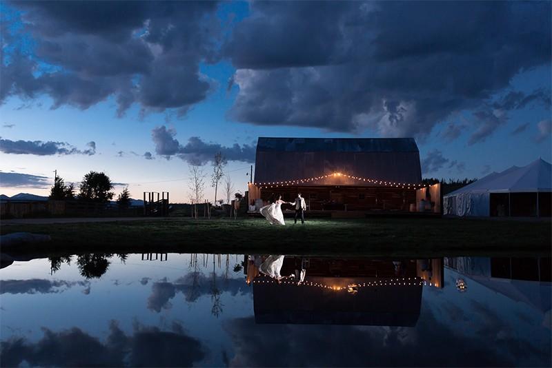 20 Romantic Night Wedding photo ideas3