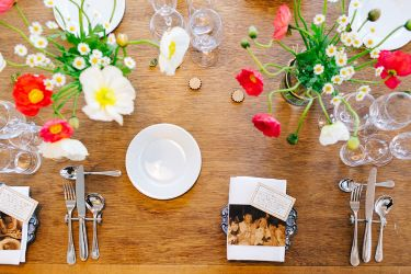 パーティー中につぼみから花が開くように当日まで丁寧に咲き加減を調整したポピーが飾るウェディングテーブル